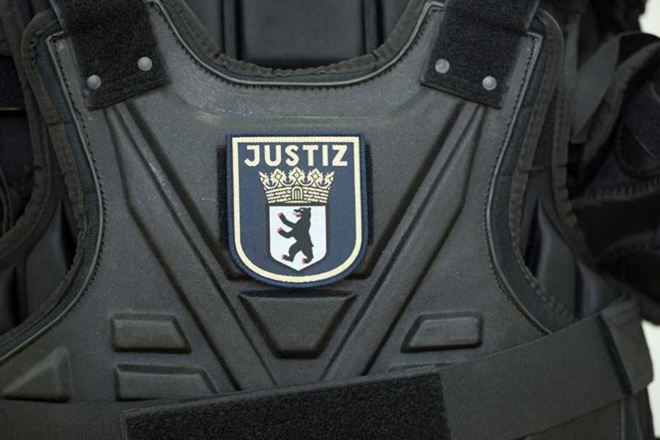 Ein Oberkörper-Schutzpanzer mit dem die Justizbeamten ausgestattet werden.