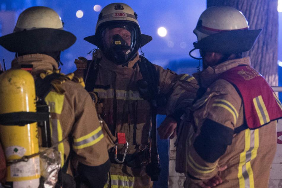 Die Feuerwehr hatte zunächst im Nachbargebäude nach der Ursache für den Rauch gesucht. (Symbolbild)