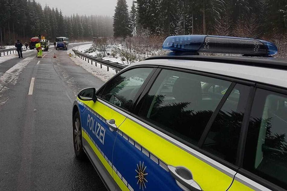 Auf winterlicher Fahrbahn geriet der Mazda-Fahrer in den Gegenverkehr.