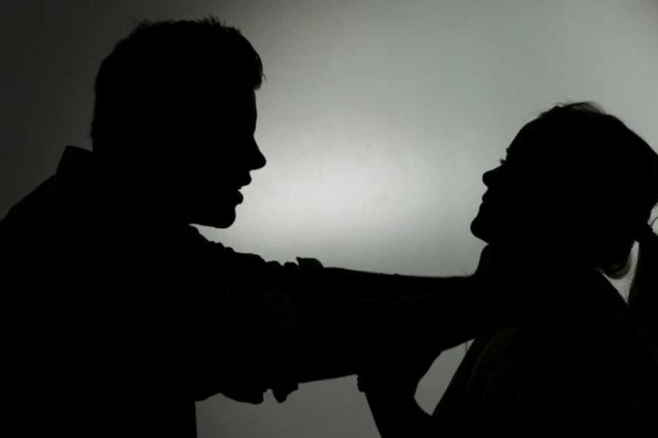 Die Frau soll den Mann immer wieder abgewiesen haben. Irgendwann reichte es ihm. Danach soll er sie aus dem Fenster geschmissen haben. (Symbolbild)