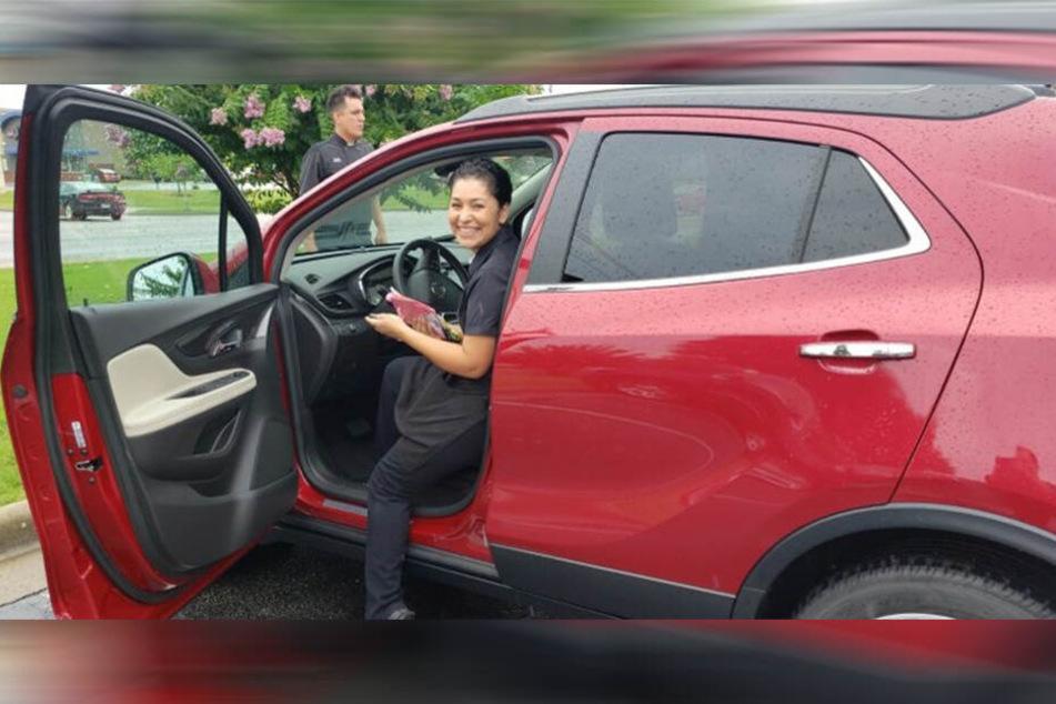 Maria Elena Barragan in ihrem neuen Buick.
