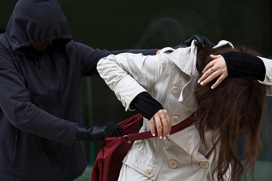 Die Frau schlug um sich und konnte sich schließlich losreißen.