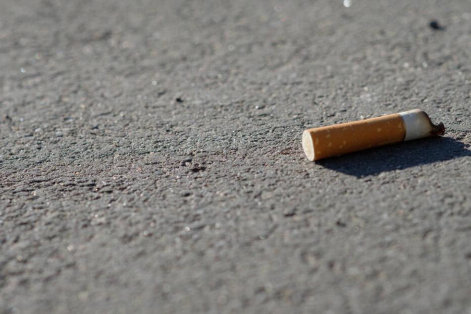 Raucher aufgepasst! Wer Zigarettenkippen auf Boden wirft, wird in Berlin bald stärker zur Kasse gebeten