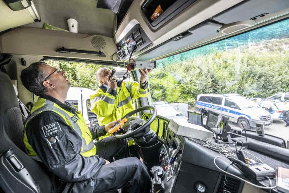 Strenger Blick im Cockpit: Hat ein Lasterfahrer seinen Fahrtenschreiber manipuliert?