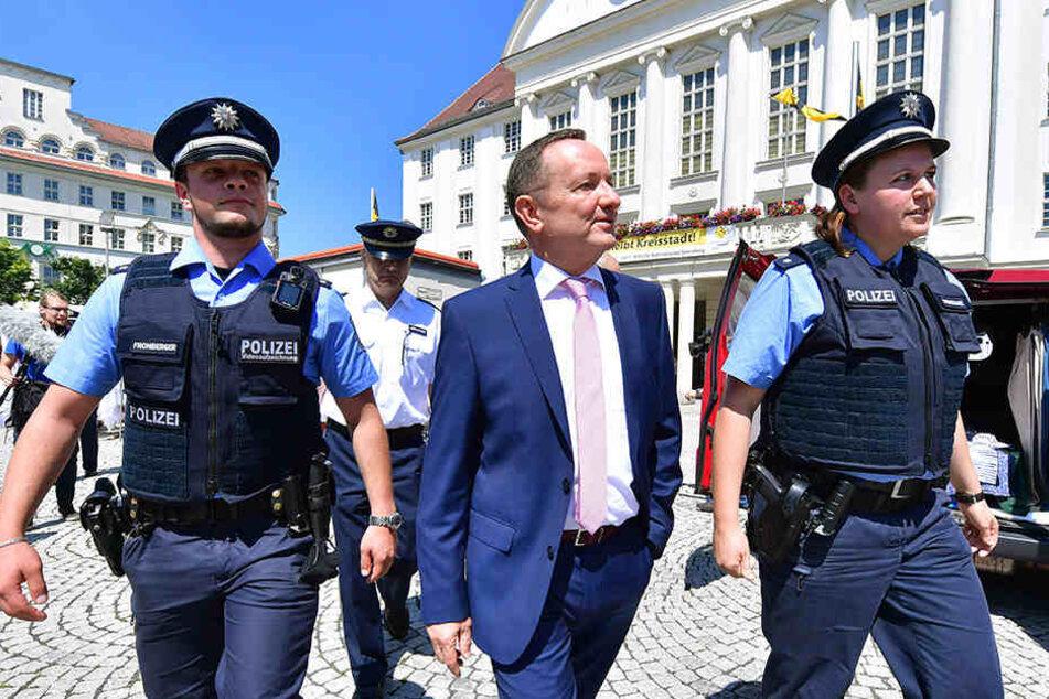 Die Polizeikommissare Nadja Wagenschwanz (rechts) und Nils Forberger gehen mit Thüringens Innenminister Holger Poppenhäger (SPD) in Sonneberg auf Streife.