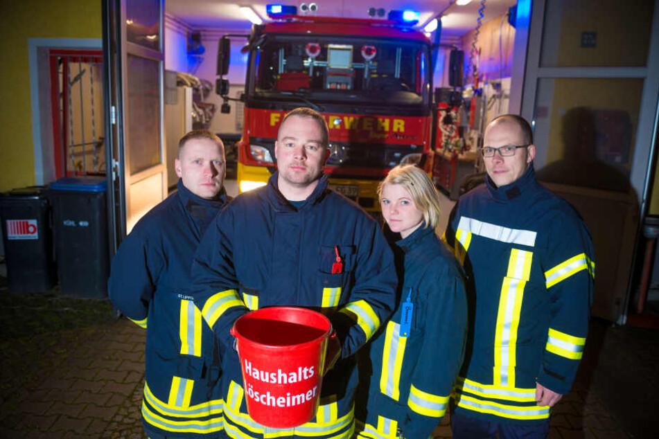 Auch die Feuerwehr Dohna leidet unter fehlender Stärke zur Arbeitszeit. Sie verteilten deshalb symbolische Eimer zum Selberlöschen.