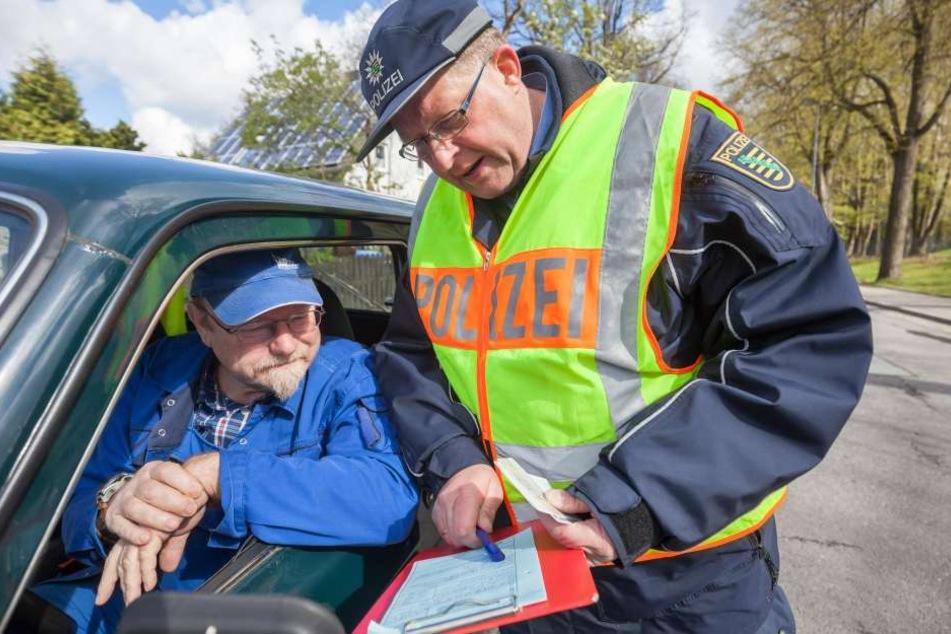 """""""30 km/h sind erlaubt, sie hatten 42 drauf"""": Polizeihauptmeister Peter Hutzig erklärt Klaus-Peter Viertel (62) das Vergehen."""