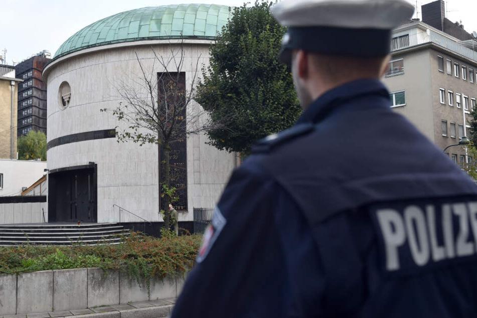 Die Polizei bewacht die Neue Synagoge in Düsseldorf.