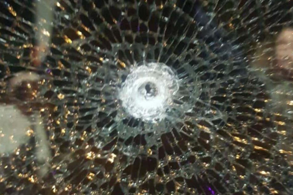 Lauter Knall schockiert Fahrgäste: Wurde auf die Stadtbahn geschossen?