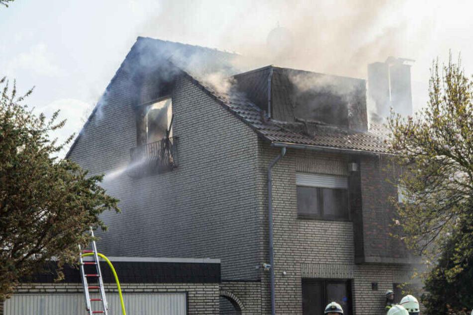 Mit einem massiven Löschangriff von mehreren Seiten brachte die Feuerwehr das Feuern schließlich unter Kontrolle.