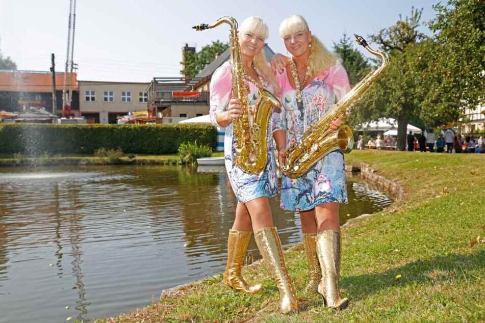 Claudia und Carmen mit ihren Saxophonen - da war Carmen noch ein bisschen kräftiger.