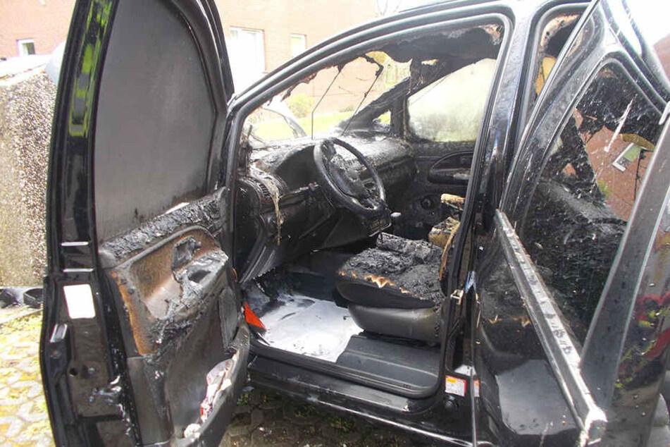 Der komplette Wagen des 73-Jährigen brannte aus.