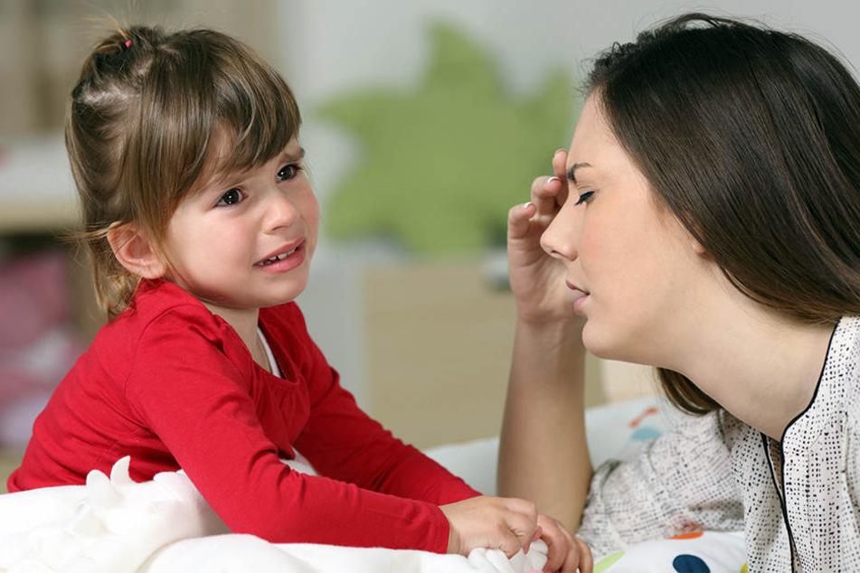 Wenn Kinder nicht einschlafen können, fließen oft die Tränen. Das belastet auch die Eltern. (Symbolbild)
