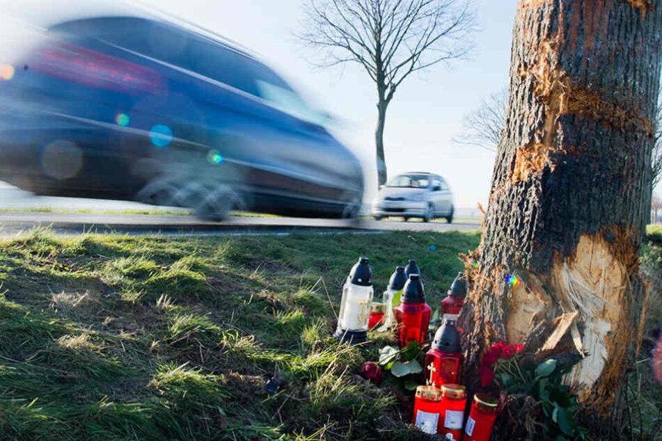 Der 77-Jährige Autofahrer verlor die Kontrolle über das Auto und raste gegen einen Baum. (Symbolbild)