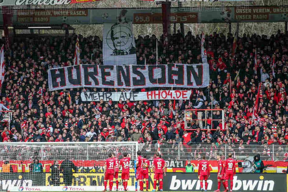 Union-Fans halten ein Banner mit Dietmar Hopp im Fadenkreuz in die Höhe.