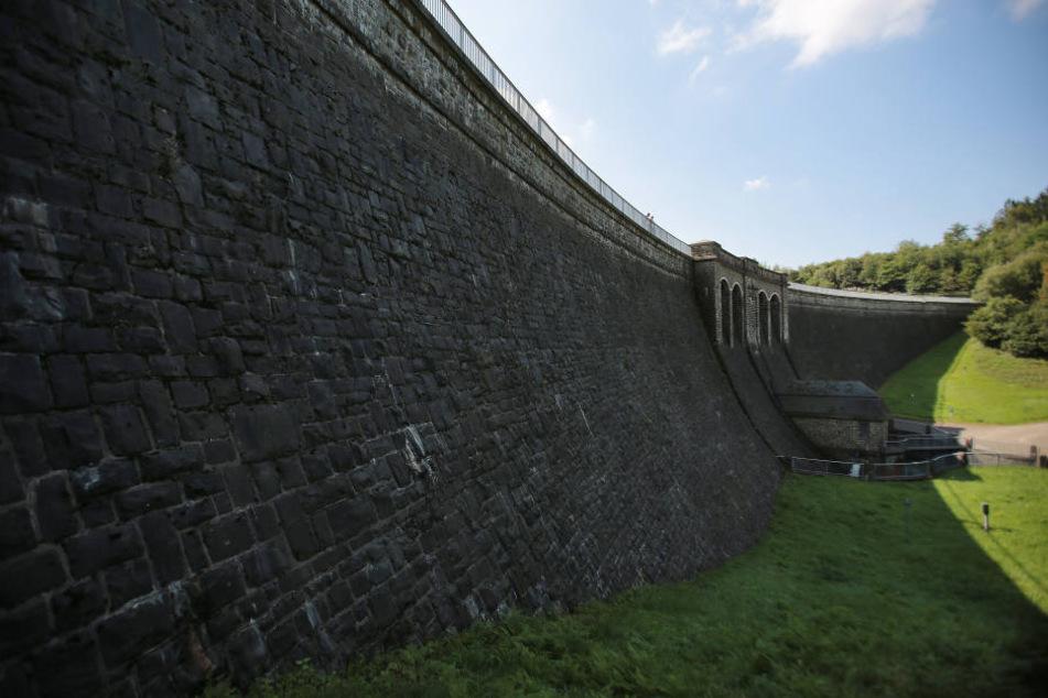 Von dieser Staumauer der Brucher Talsperre ließ der Täter sein Opfer fallen.