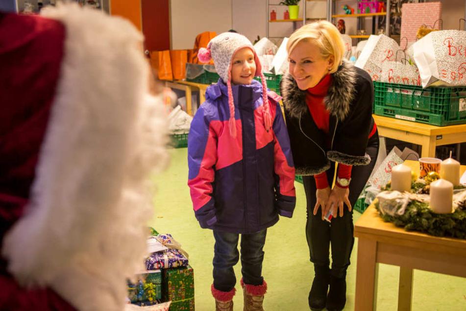 Annalena (8) und Andrea Kathrin Loewig singen ein Lied für den Weihnachtsmann.