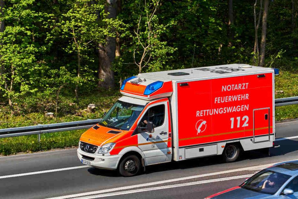 Mehrere Rettungswagen brachten die insgesamt sechs Verletzten in ein Krankenhaus (Symbolbild).