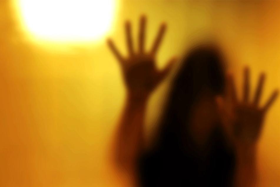 Bis zu vier Männer sollen sich gleichzeitig an dem Mädchen (16) vergangen haben (Symbolbild).