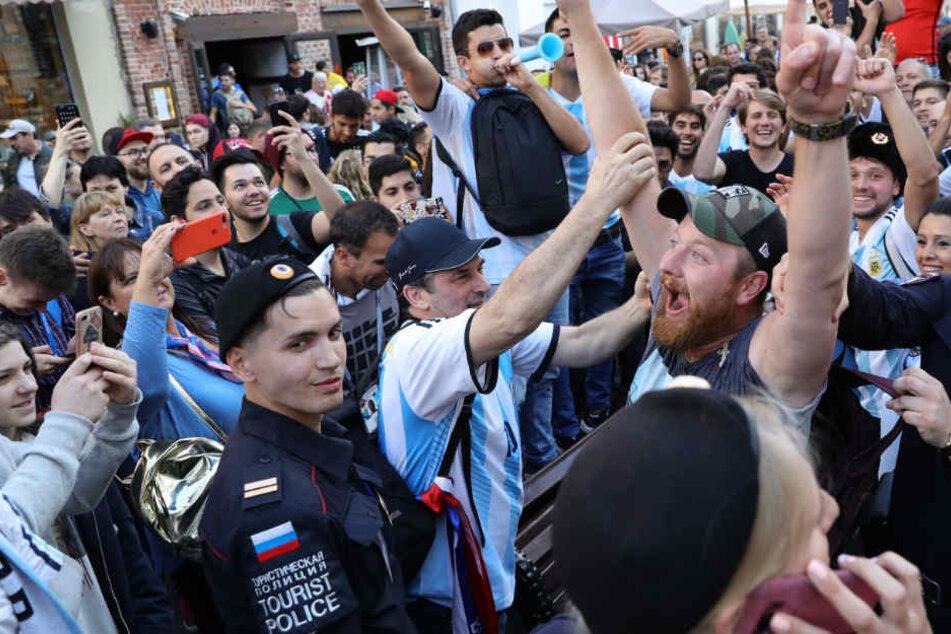 In der Innenstadt von Moskau feiern Fans aus Argentinien ihr Team.