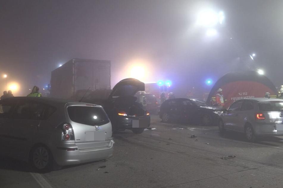 Die Autobahn glich nach der Massenkarambolage einem Trümmerfeld.