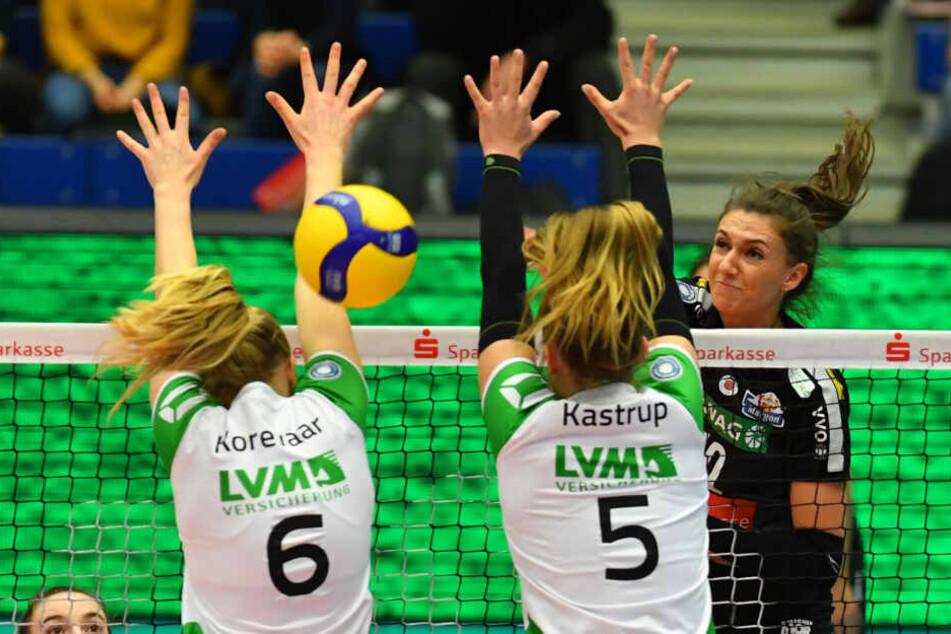 Lena Stigrot schlägt energisch zu und schmettert den Ball durch den Münsteraner Block von Demi Korevaar und Liza Kastrup