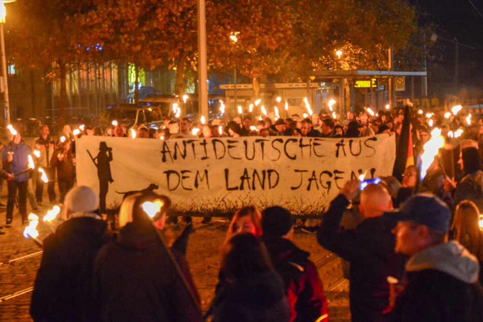 An einem Fackelmarsch durch die Magdeburger Innenstadt nahmen am Samstag hunderte rechte Demonstranten teil.