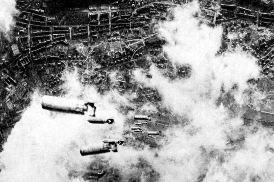 Dresden im Bombenhagel: Fast 1000 britische Lancaster-Bomber werfen Spreng- und Brandbomben auf Dresden.