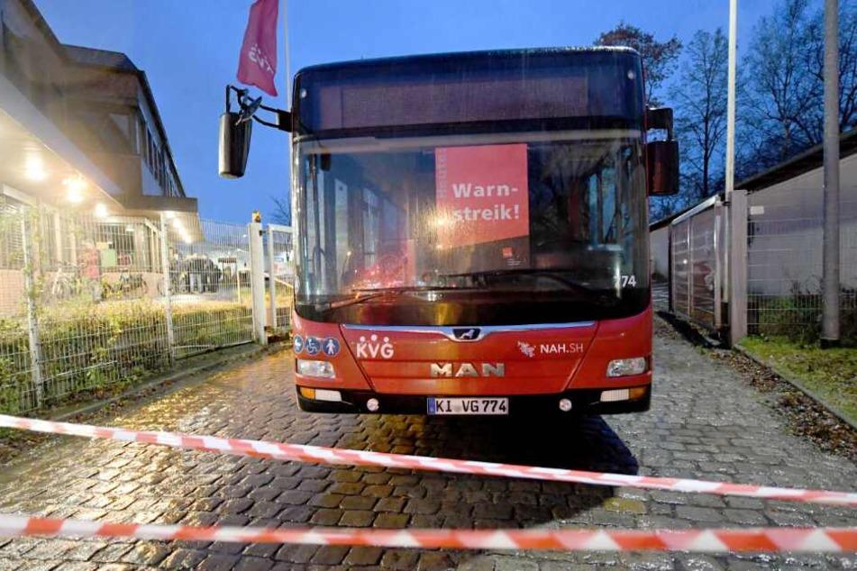 Ein Bus steht vor dem Depot der Kieler Verkehrsgesellschaft.