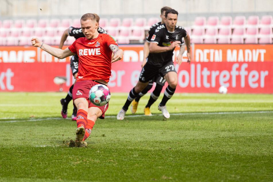 1. FC Kölns Ondrej Duda (v.) rutscht beim Elfmeter aus und verschießt den Ball.