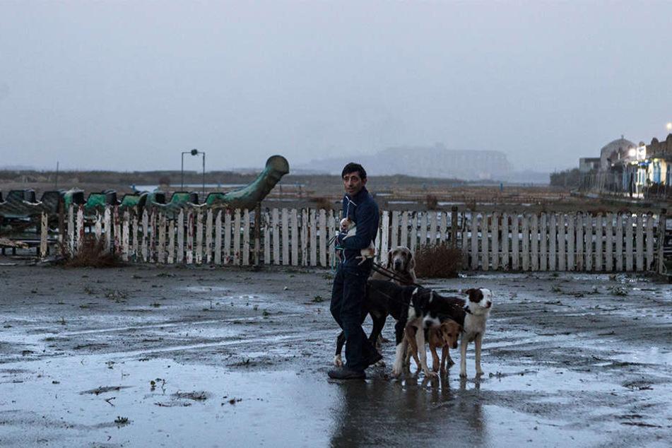 Marcello (Marcello Fonte) geht mit seinen Hunden in der heruntergekommenen süditalienischen Küstenstadt Gassi.