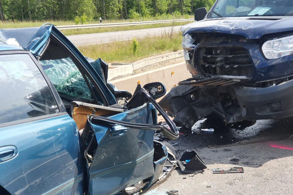 Der PKW-Fahrer verstarb noch an der Unfallstelle, der Fahrer des Transporters wurde schwer verletzt.