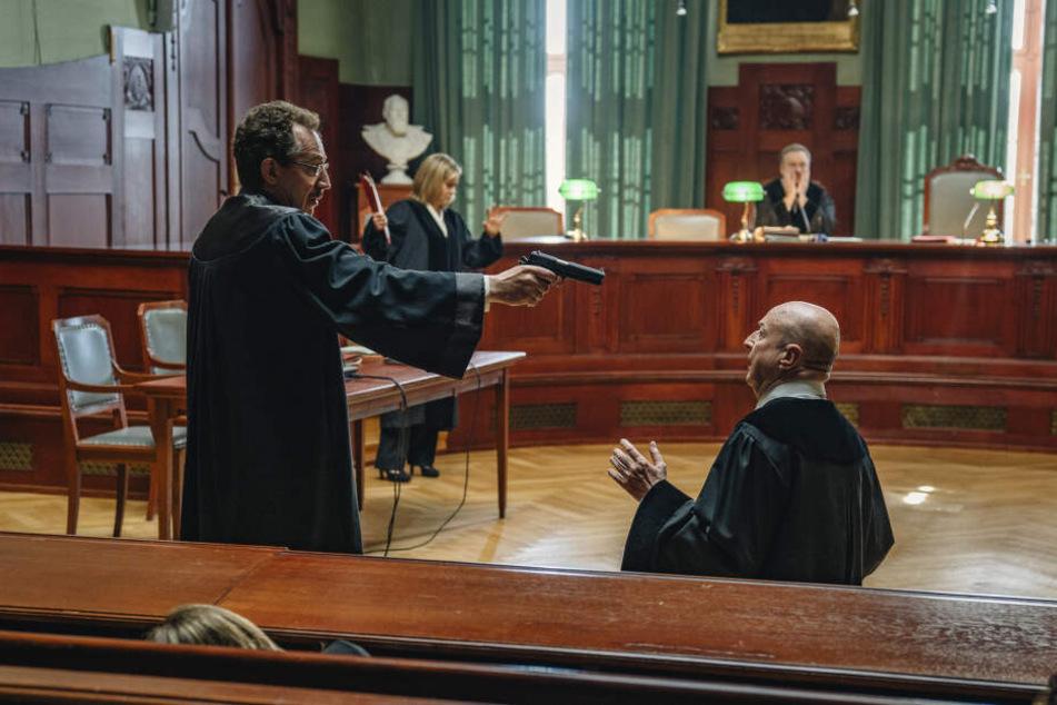 Auf die Knie: Mitten im Prozess erschießt Anwalt Peters (Thorsten Merten) den Richter. Ein Amoklauf beginnt.