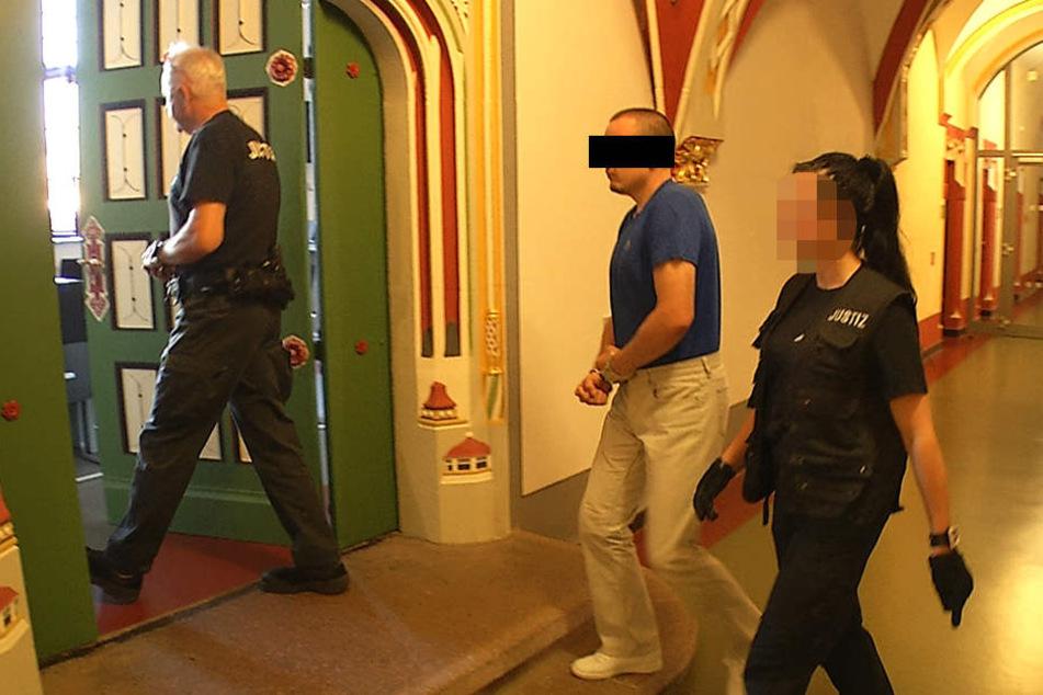 Dem Angeklagten (33) drohen mindestens drei Jahre und neun Monate Haft.