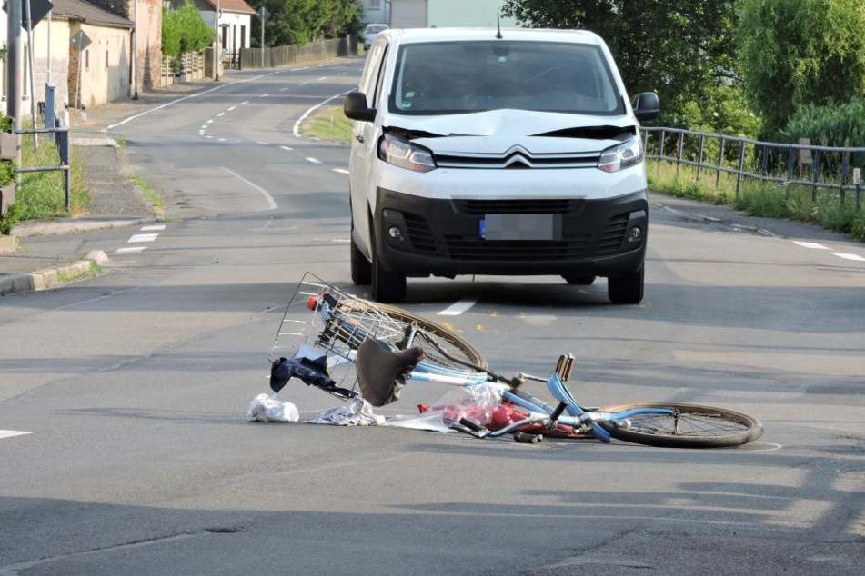 Radlerin wird von Transporter erfasst und mehrere Meter über die Straße geschleudert