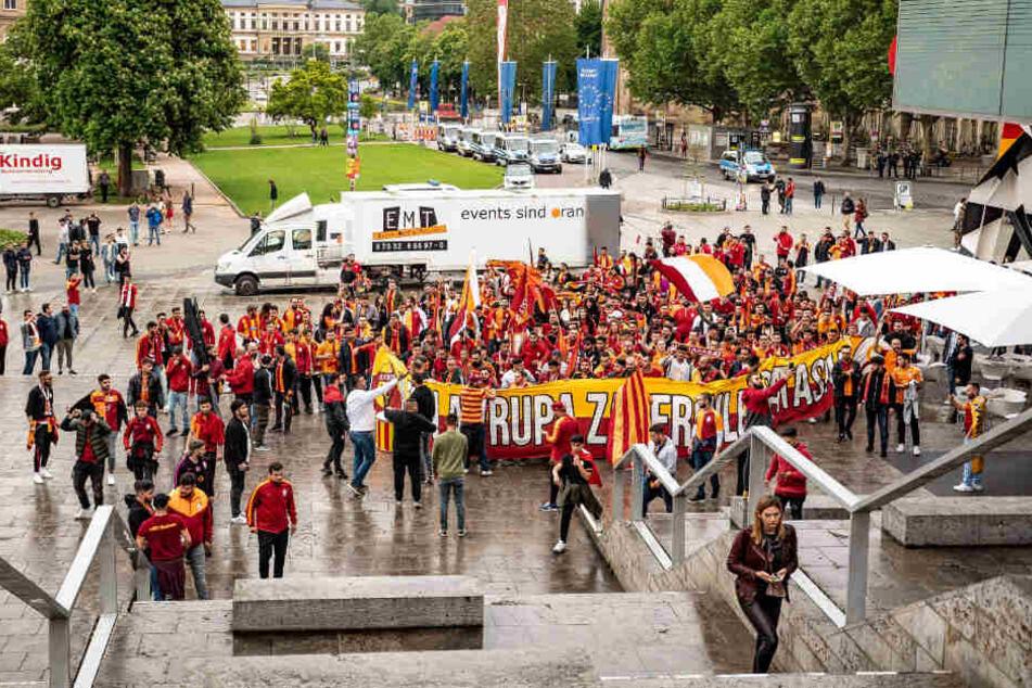 150 Fans versammelten sich auf dem Stuttgarter Schlossplatz.