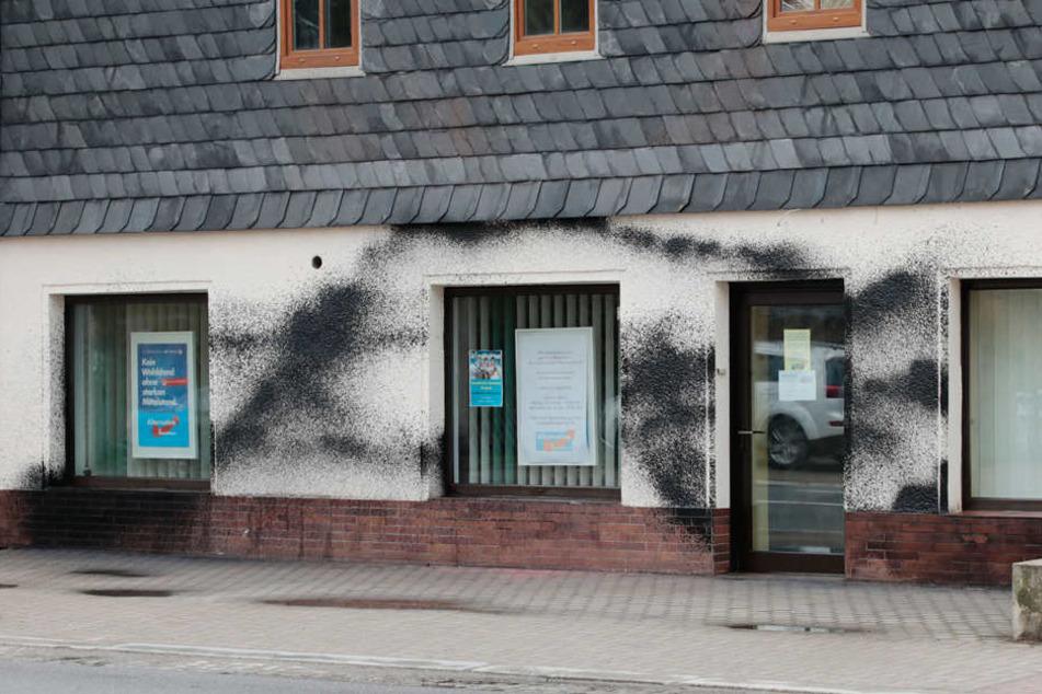 Auf einer Länge von elf Metern wurde die Farbe an das Haus geschmiert.