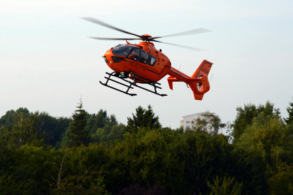 Mit einem Rettungshubschrauber wurde die Frau ins Krankenhaus gebracht. (Symbolbild)