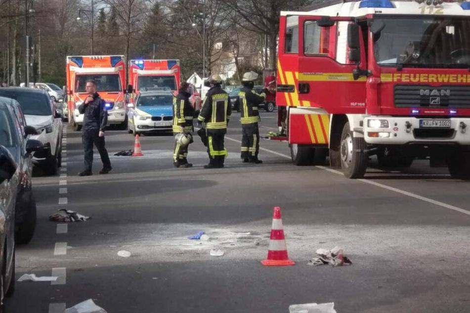 Rettungskräfte stehen vor dem Gebäude des Amts- und Landgerichts in Krefeld.