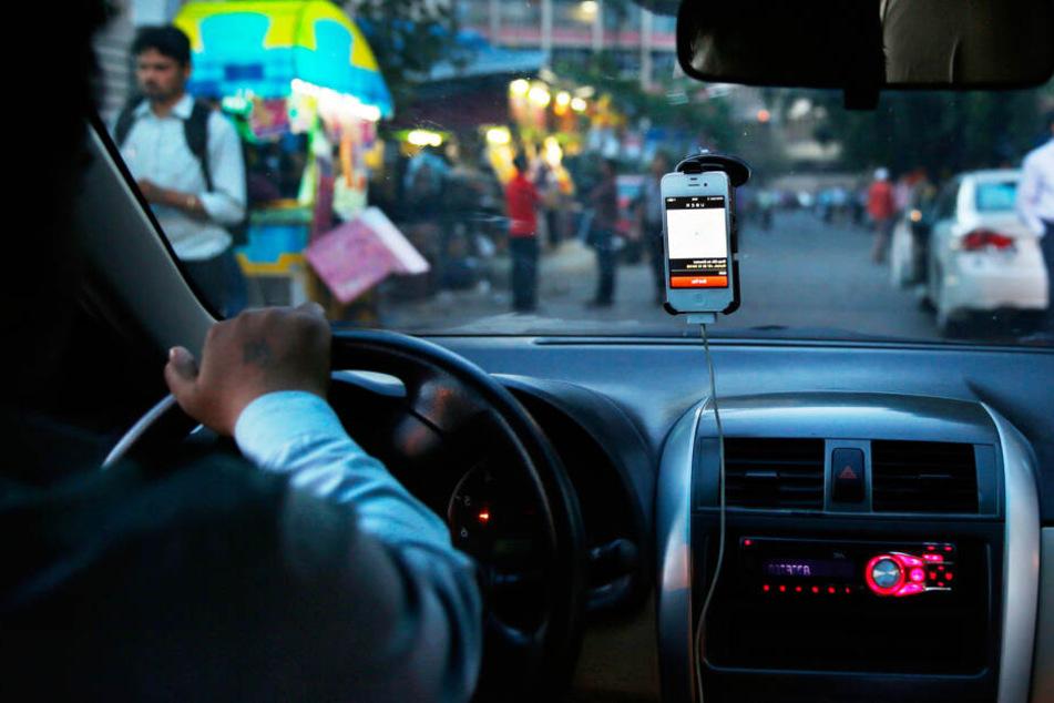 Ein Uber-Fahrer steuert seinen Wagen laut unternehmenseigenem Navigationsdienst (Symbolbild).