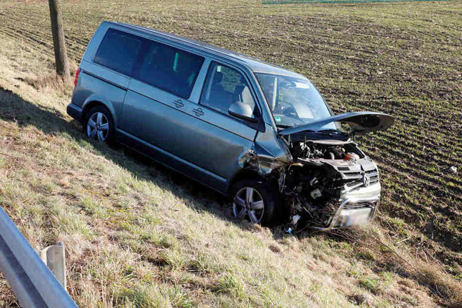 Der VW wurde ins Feld geschleudert.