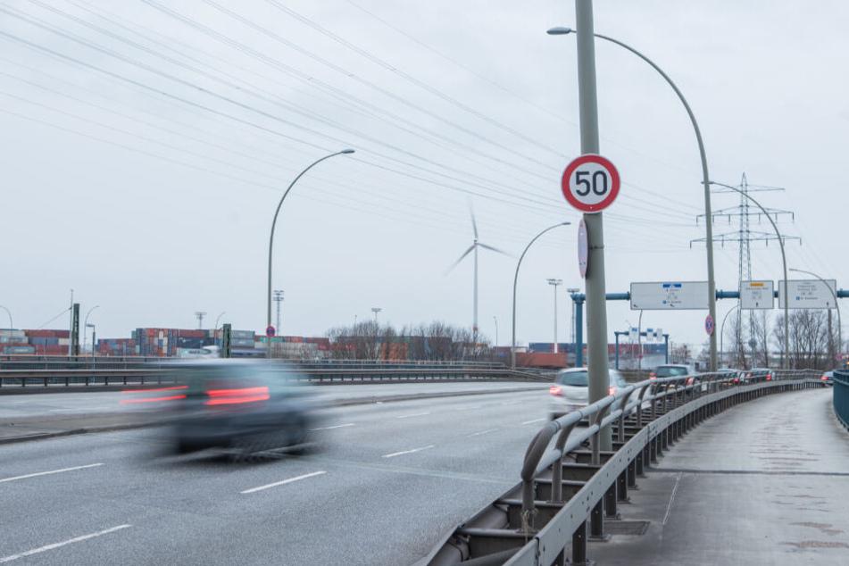 Das Schild weist auf die Geschwindigkeit von 50 km/h hin.
