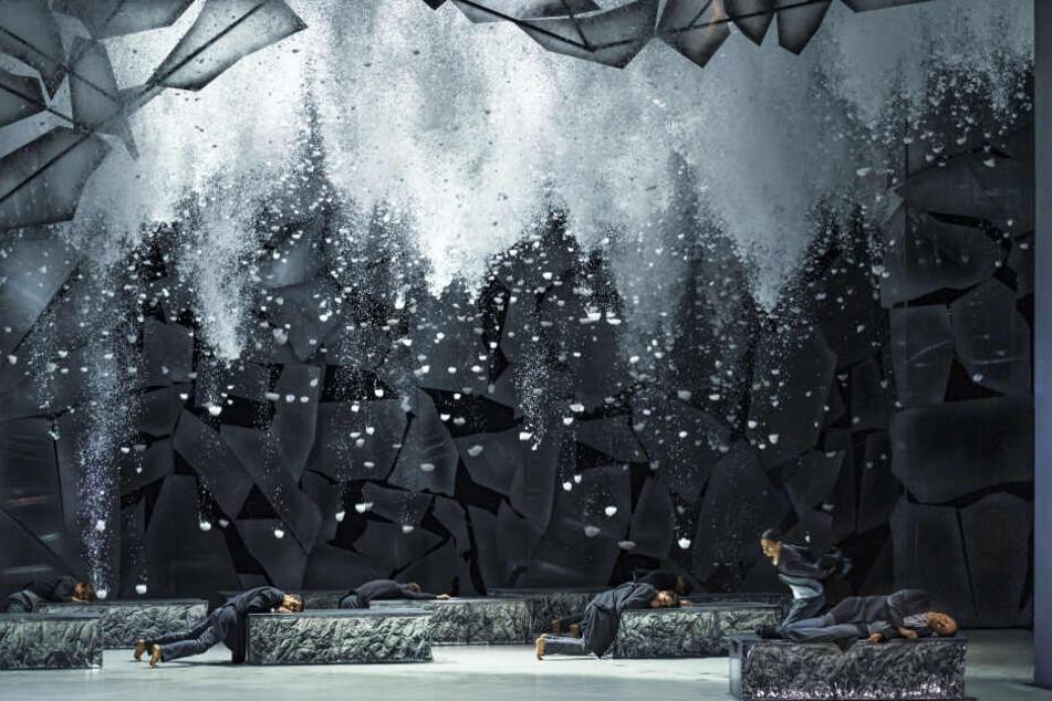 """Cheoreograf Robert Bondara erzählt die """"Winterreise"""" in kraftvollen und poetischen Bildern."""