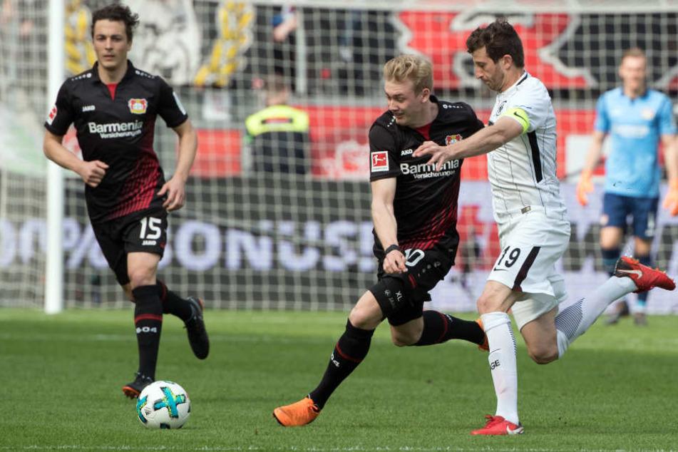 Der Leverkusener Julian Brandt setzt sich gegen David Abraham (re.) durch.
