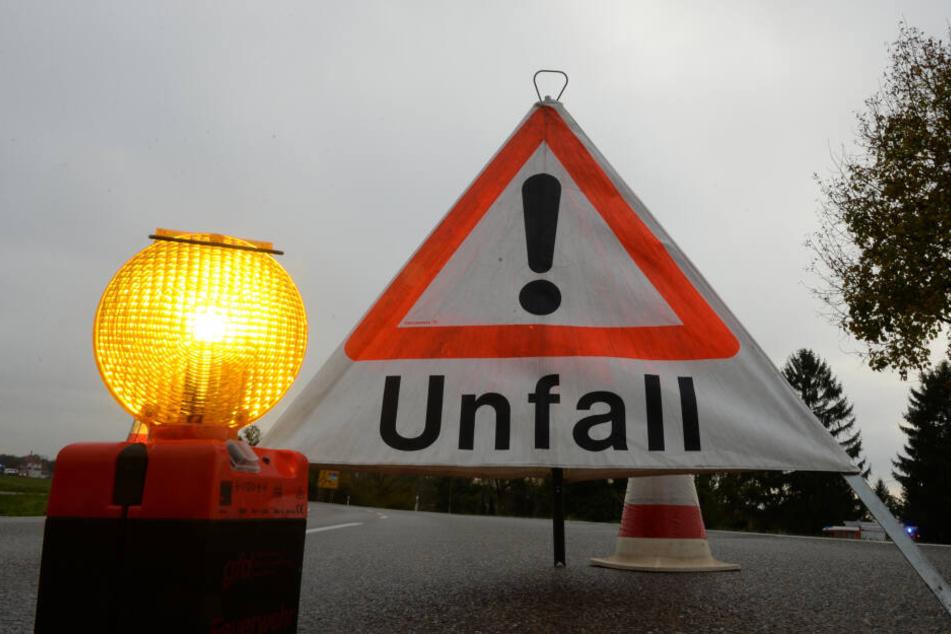 Wegen des Unfalls musste die Straße drei Stunden gesperrt werden. (Symbolbild)