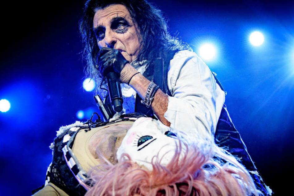 """Zusammen mit Alice Cooper sang Udo """"No More Mr. Nice Guy""""."""
