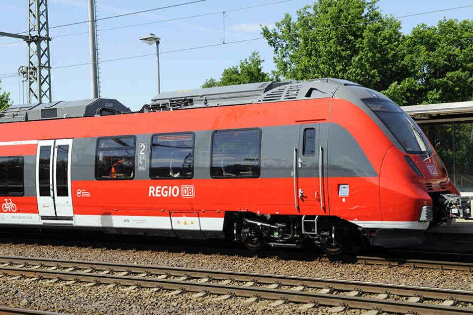 In einem Berliner Regionalzug biss ein 43-Jähriger Mann einem 37-Jährigen Teile des Ohres ab.