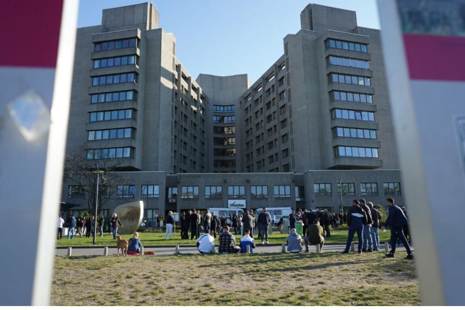 Zahlreiche Menschen stehen vor dem Vivantes-Klinikum Am Urban.