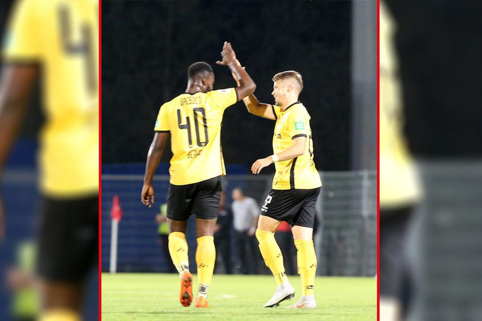 Dynamos Patrick Moeschl (r.) bejubelt mit Teamkollege Erich Berko seinen Treffer zum zwischenzeitlichen 1:0.