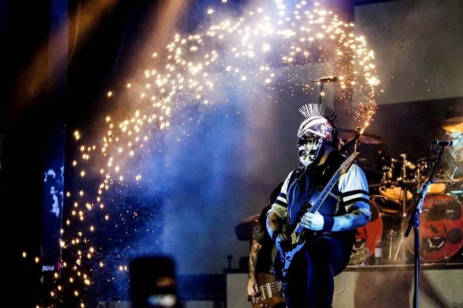"""Der maskierte E-Gitarrist """"Ost"""" der Szeneband """"Hämatom"""" spielt seit 25 Jahren auf seiner """"Liebsten""""."""